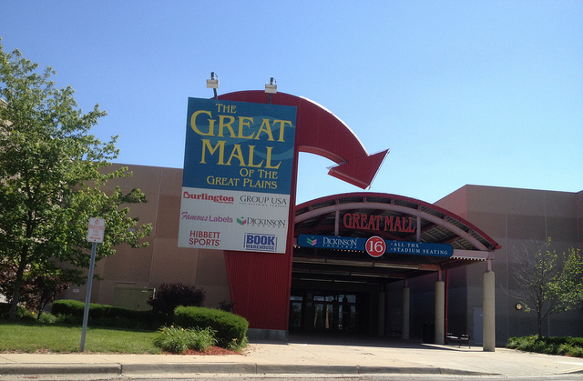 Entryway to The Great Mall of the Great Plains (photo credit: Mike Kalasnik (flickr acct: MikeKalasnik), under Creative Commons Attribution-ShareAlike 2.0 generic license)