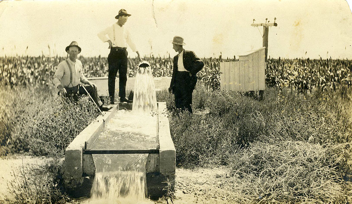 A Kansas irrigation pump, c. 1915, pumping 1,300 gallons per minute. (Flickr Photo Courtesy of WaterArchives.org)