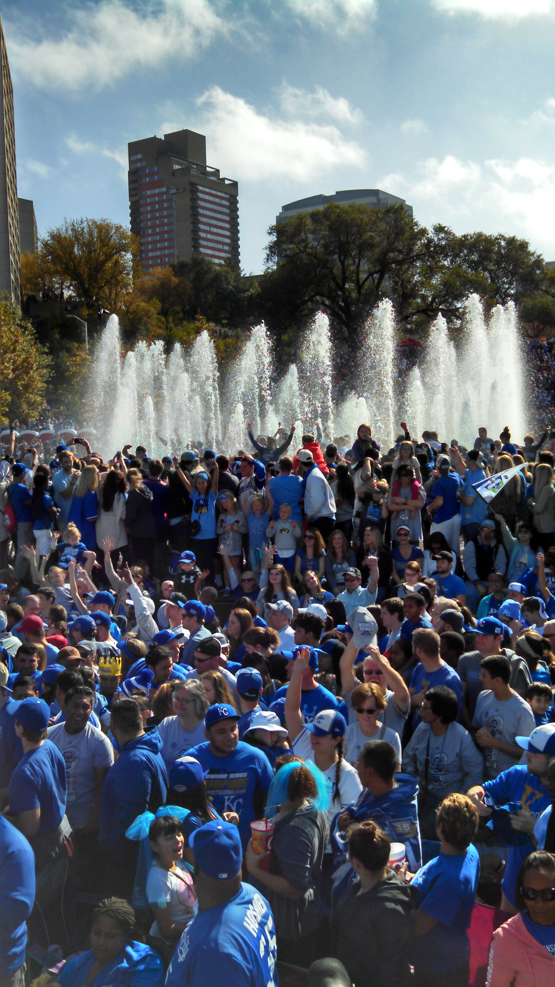 A Royals crowd packed around the fountains at Union Station. (Photo by Greg Echlin)