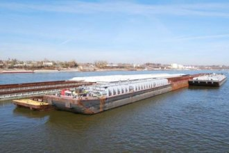 A barge sits in Missouri on the Mississippi River before it heads downstream to the Gulf of Mexico. (Photo: Harvest Public Media)