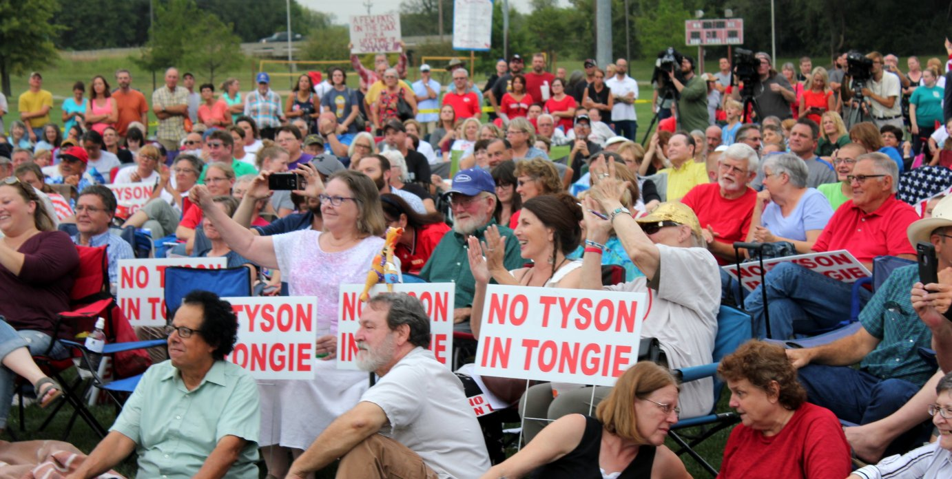 The crowd gathered in a Tonganoxie park to share opinions on the proposed plant with Kansas lawmakers. (Photo by Stephen Koranda)