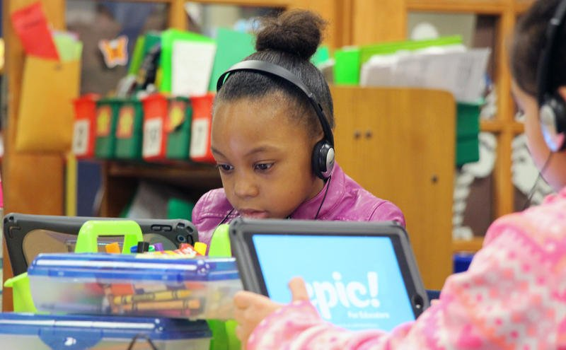 Students at Broken Arrow Elementary in the Shawnee Mission School District develop reading skills using iPads. Every student in the district receives an iPad or Macbook.  (Photo by Celia Llopis-Jepsen / Kansas News Service)
