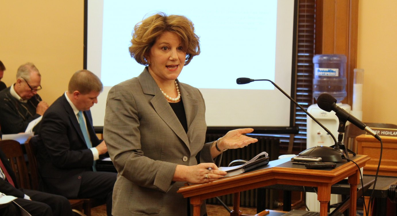 Melissa Glynn, with Alvarez and Marsal, explains the recommendations to a House committee. (Photo by Stephen Koranda)