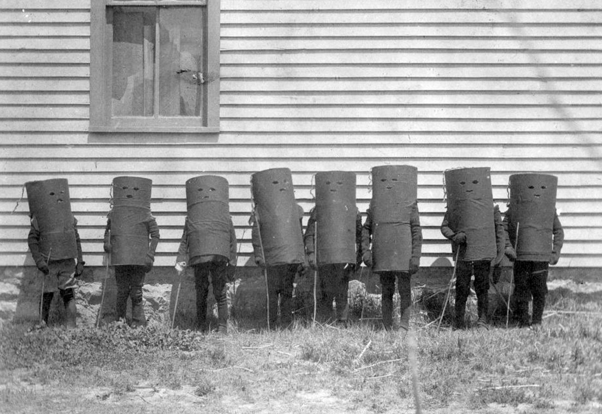 A group of children dressed in cylinder designed costumes possibly for Halloween or a play in Oakley, Kansas, May 22, 1907. (Photo via Kansas Historical Society / kansasmemory.org)